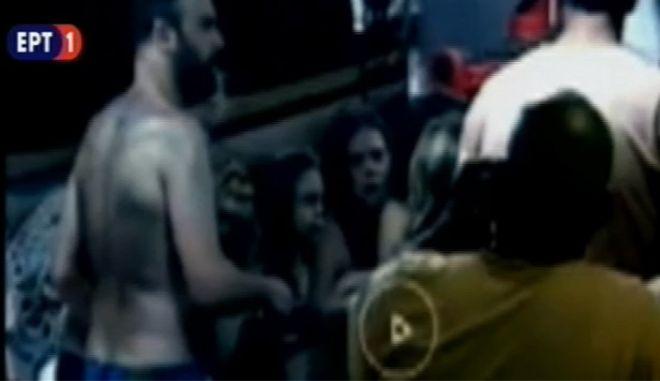 Τα δίδυμα κοριτσάκια όπως εμφανίζονται στο βίντεο όπου τα αναγνώρισε ο πατέρας τους