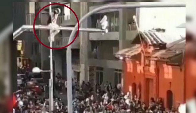 Χιλή: Κοπέλα αχρηστεύει κάμερα ασφαλείας και πέφτει από μεγάλο ύψος στην αγκαλιά διαδηλωτών
