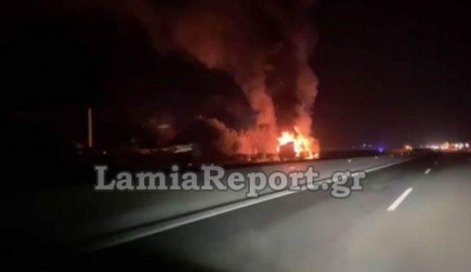 Νταλίκα καίγεται στην εθνική οδό Αθηνών-Λαμίας