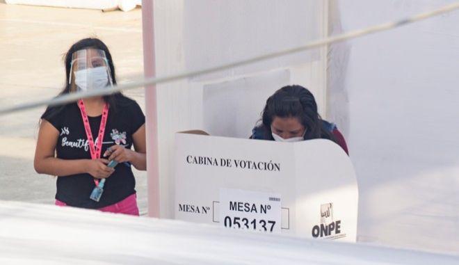 Στιγμιότυπο από εκλογικό κέντρο στο Περού