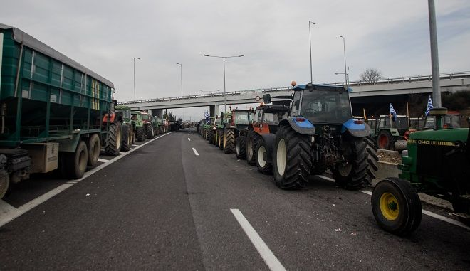 Οι αγρότες στο μπλόκο της Νίκαιας Λάρισας.