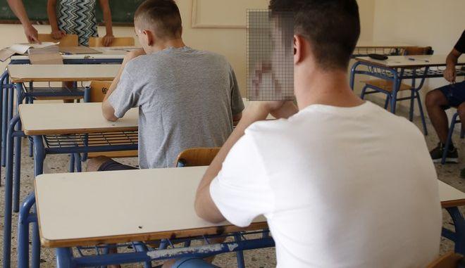 Πρεμιέρα των Πανελλαδικών Εξετάσεων με τους υποψηφίους από τα ημερήσια και εσπερινά ΕΠΑΛ να εξετάζονται στο μάθημα της Ελληνικής Γλώσσας στο 1ο ΕΠΑΛ Καισαριανής, την Δευτέρα 6 Ιουνίου 2017. (EUROKINISSI/ΣΤΕΛΙΟΣ ΜΙΣΙΝΑΣ)