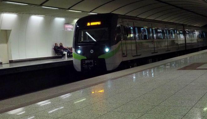 Συρμός του Μετρό εισέρχεται