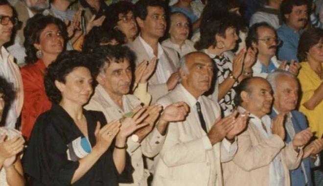 Οι δυο ιστορικοί Δήμαρχοι σε Υμηττό και Βύρωνα αντίστοιχα, Ανδρέας Λεντάκης και Δημήτρης Νικολαΐδης σε παράσταση στο πρώτο φεστιβάλ το 1986. Δεξιά και ο αείμνηστος Δήμαρχος Καισαριανής, Παναγιώτης Μακρής