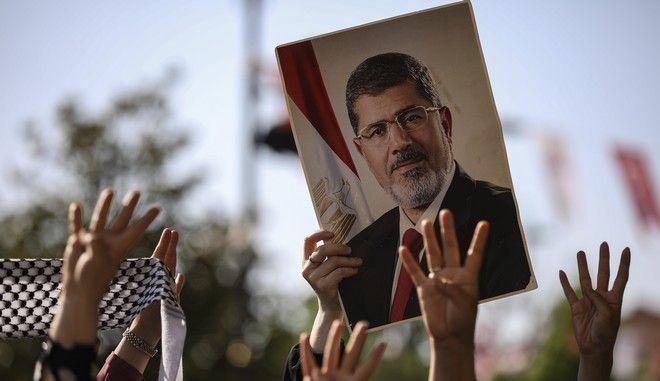 Ο πρώην πρόεδρος της Αιγύπτου Μοχάμεντ Μόρσι σε πόστερ
