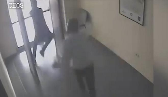 ΒΙΝΤΕΟ:Κατάδικος δραπετεύει από δικαστήριο στην Αλβανία