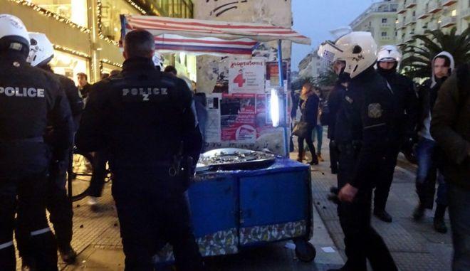 Επτά αστυνομικοί πάλευαν να οδηγήσουν ηλικιωμένο καστανά στο αυτόφωρο και τελικά τον έστειλαν στο νοσοκομείο