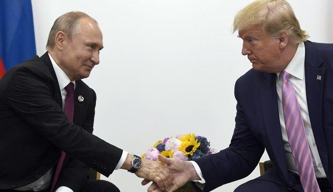 Οι Βλαντίμιρ Πούτιν και Ντόναλντ Τραμπ σε σύνοδο της G20 στην Οσάκα τον Φεβρουάριο του 2020