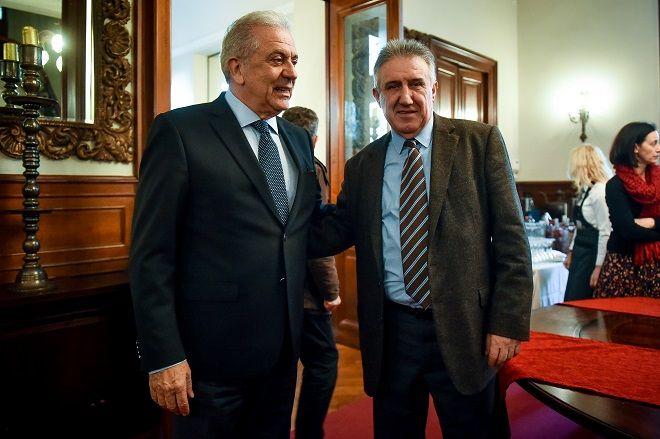 Ο Επίτροπος Μετανάστευσης Εσωτερικών Υποθέσεων και Ιθαγένειας Δημήτρης Αβραμόπουλος και ο συγγραφέας Γιώργος Λακόπουλος.