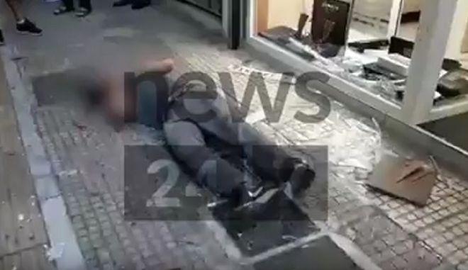 Ο Ζακ Κωστόπουλος λίγα δευτερόλεπτα αφού έχει δεχθεί απανωτά χτυπήματα στο πρόσωπο και στο κεφάλι
