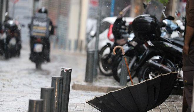 Ισχυρή βροχόπτωση στο κέντρο της Αθήνας (Φωτογραφία αρχείου)