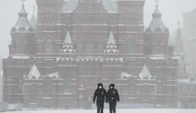 Αστυνομικοί στην άδεια Μόσχα