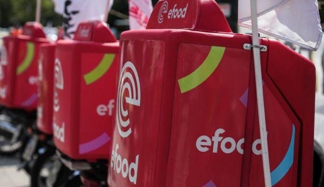 Στιγμιότυπο από μοτοπορεία διανομέων της efood.