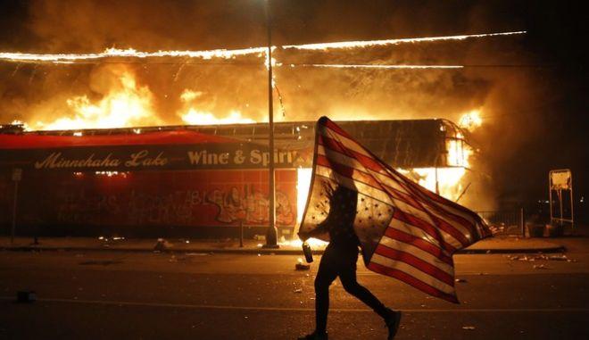 Τζορτζ Φλόιντ: Φλέγεται η Μινεάπολη