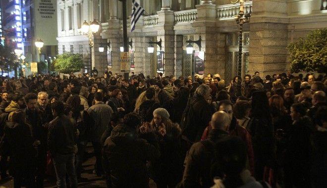 Συγκέντρωση διαμαρτυρίας έξω από το Εθνικό Θέατρο για την απόφαση να κατέβει η παράσταση