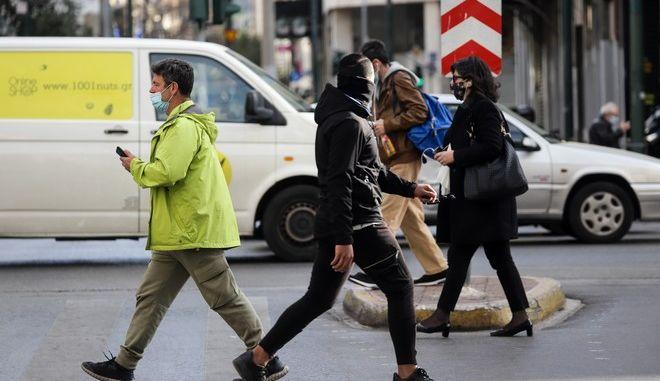 Πολίτες στην Αθήνα κατά τη διάρκεια του lockdown.
