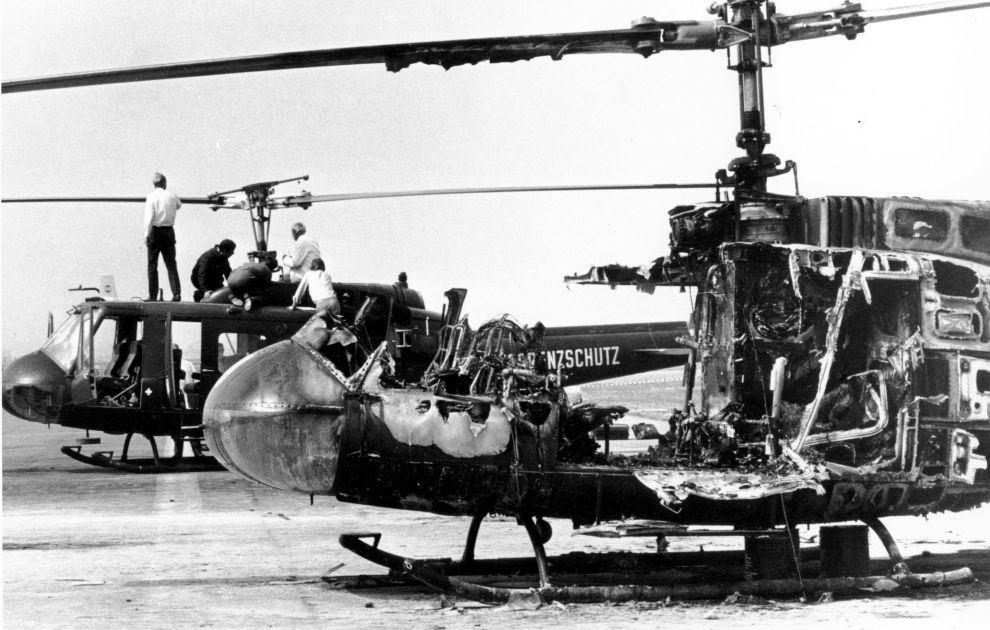 Τα δυο ελικόπτερα με τα οποία μεταφέρθηκαν όμηροι και τρομοκράτες από το Ολυμπιακό Χωριό στο αεροδρόμιο. Σε πρώτο πλάνο, το διαλυμένο από τη χειροβομβίδα του Ίσα (6/9/1972).