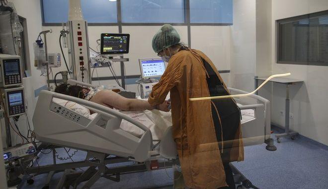Γυναίκα νοσηλεύεται σε νοσοκομείο με κορονοϊό (φωτογραφία αρχείου)
