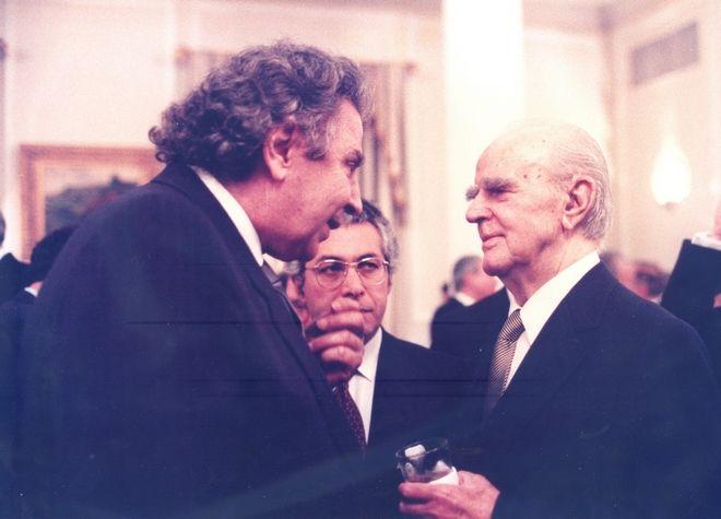 Ο Κωνσταντίνος Καραμανλής με το Μίκη Θεοδωράκη το 1992