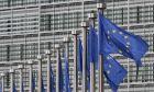 Σημαίες ΕΕ έξω από το κτίριο της Ευρωπαϊκής Επιτροπής