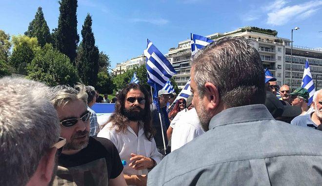 Ο Κώστας Μπαρμπαρούσης στο Σύνταγμα με το μπλοκ της Χρυσής Αυγής αμέσως μετά την προτροπή του στις ένοπλες δυνάμεις για πραξικόπημα από το βήμα της Βουλής