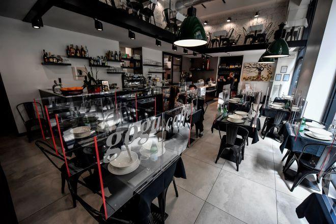 Εστιατόριο της Ιταλίας με διαχωριστικά στα τραπέζια