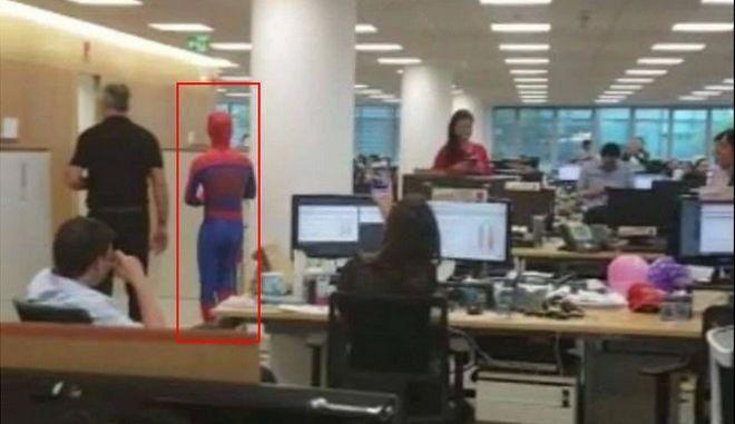 Τραπεζικός παραιτήθηκε και πήγε τελευταία μέρα στη δουλειά ντυμένος Spiderman