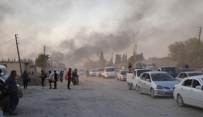 Σύροι εγκαταλείπουν κακήν-κακώς τα σπίτια τους