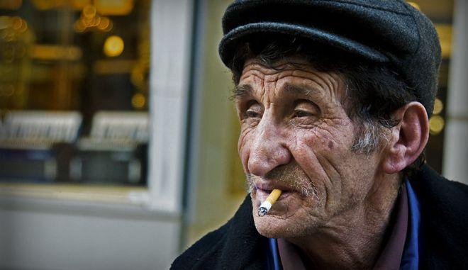 """Το κάπνισμα """"κόβει"""" τέσσερα χρόνια ζωής"""