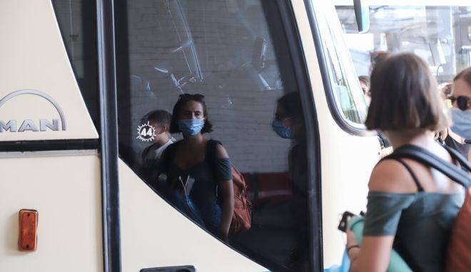Επιβάτες με μάσκες.