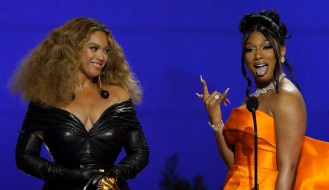 Beyonce και Megan Thee Stallion κατά τη βράβευσή τους στα 63α Grammy Awards