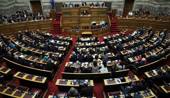 Στιγμιότυπο από συνεδρίαση στο ελληνικό κοινοβούλιο
