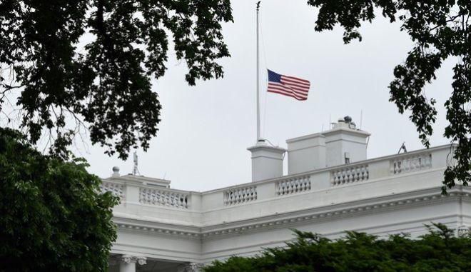 Μεσίστια σημαία στο Λευκό Οίκο