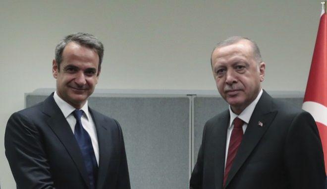 Ο Έλληνας πρωθυπουργός Κυριάκος Μητσοτάκης μαζί με τον πρόεδρο της Τουρκίας Ρετζέπ Ταγίπ Ερντογάν