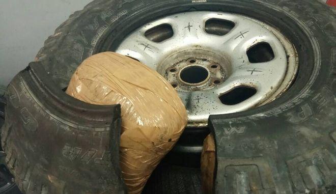 Μετέφερε 24 κιλά κάνναβης κρυμμένη μέσα στις ρεζέρβες των ελαστικών του