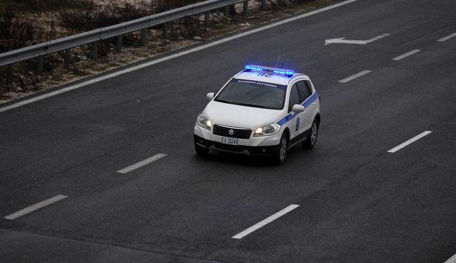 Περιπολικό της Ελληνικής Αστυνομνίας κινείται στην Εθνική Οδό Τρικάλων - Λάρισας. (EUROKINISSI/ΘΑΝΑΣΗΣ ΚΑΛΛΙΑΡΑΣ)