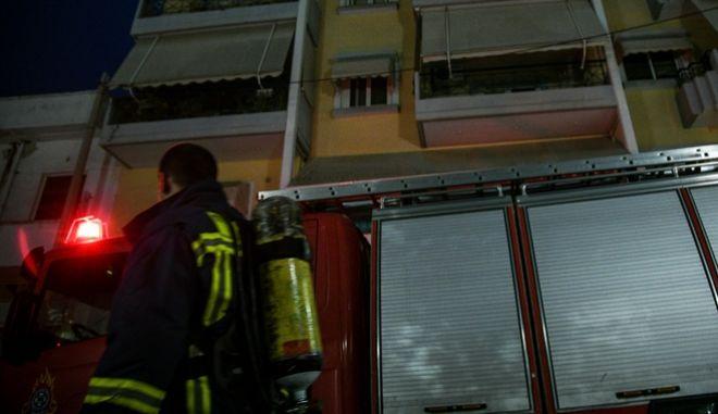 Πυροσβέστες σβήνουν φωτιά σε διαμέρισμα (φωτογραφία αρχείου)