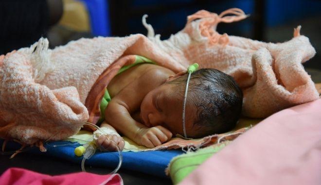 """""""Με κοιτάει... Είναι ζωντανή"""": Το εξαιρετικά πρόωρο μωρό που ξεπέρασε όλες τις προσδοκίες"""