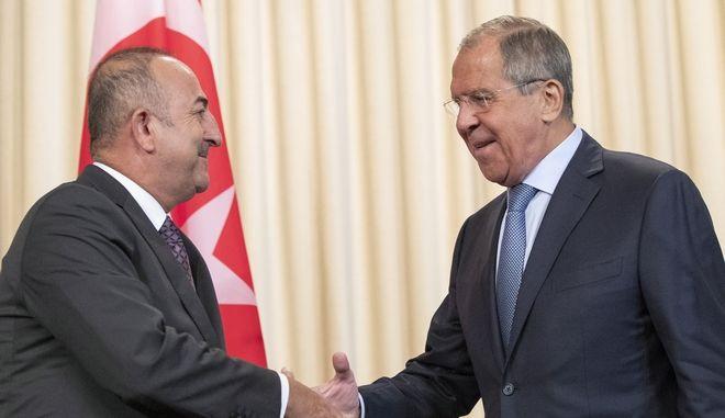 Ο Τούρκος υπουργός Εξωτερικών Μεβλούτ Τσαβούσογλου και ο Ρώσος ομόλογός του Σεργκέι Λαβρόφ στη Μόσχα