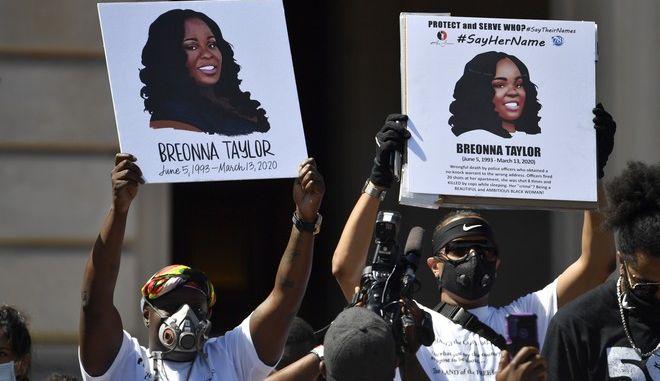 Αμερικανοί πολίτες διαμαρτύρονται για τη δολοφονία της Μπριόνα Τέιλορ
