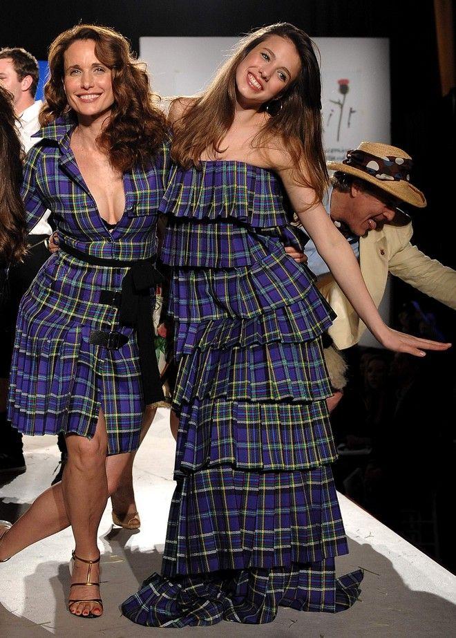 H Andie MacDowell με την κόρη της Margaret σε επίδειξη μόδας στη Νέα Υόρκη το 2009