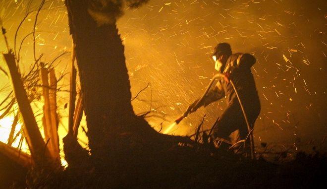 Πυροσβέστης επιχειρεί για την κατάσβεση πυρκαγιάς