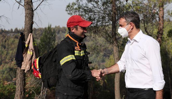 Η χειραψία του πρωθυπουργού Κ. Μητσοτάκη με πυροσβέστη
