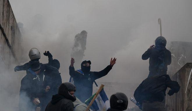 Στιγμιότυπο από την ένταση στο Σύνταγμα κατά τη διάρκεια του συλλαλητηρίου για το Μακεδονικό