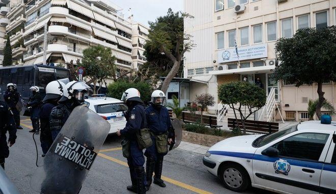 Συγκέντρωση διαμαρτυρίας στην Πλατεία της Ν.Σμύρνης κατοίκων της περιοχής, για την βίαιη επέμβαση της αστυνομίας και τον ξυλοδαρμό πολιτών που διαμαρτυρήθηκαν για την επιβολή προστίμου μετακίνησης σε οικογένεια που καθόταν στην πλατεία