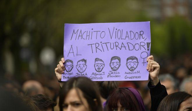 Στους δρόμους οι Ισπανοί, διαμαρτυρόμενοι επειδή δικαστήριο της Παμπλόνας αποφάσισε να αφήσει προσωρινά ελεύθερους πέντε άνδρες που κατηγορήθηκαν για τον ομαδικό βιασμό μιας 18χρονης