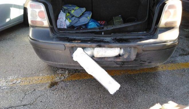 Έκρυβαν τα ναρκωτικά στις ταπετσαρίες του αυτοκινήτου και στον προφυλακτήρα