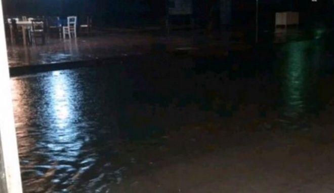 """Στο έλεος της κακοκαιρίας: Καταιγίδες """"σάρωσαν"""" Αχαΐα, Ναυπακτία - 1.000 άτομα απεγκλωβίστηκαν από κέντρο διασκέδασης"""