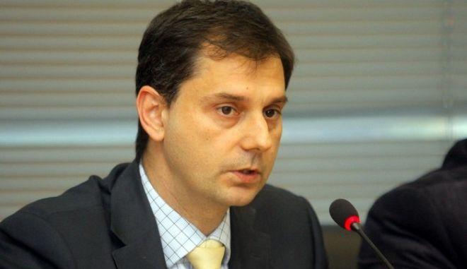 Ο Αναπληρωτής Υπουργός Οικονομικών Παντελής Οικονόμου καλεί τα μέλη της Διαρκούς Επιτροπής Οικονομικών Υποθέσεων καθώς και τα μέλη της Διαρκούς Επιτροπής Παραγωγής και Εμπορίου, παρουσίασαν σήμερα Τρίτη 3 Απριλίου, στα γραφεία του ΣΔΟΕ  δύο νέα συστήματα για την αντιμετώπιση του λαθρεμπορίου καυσίμων.  Πρόκειται για το σύστημα ηλεκτρονικής παρακολούθησης της πορείας των εφοδιαστικών πλοίων καυσίμων (σλεπιών), με εισηγητή τον ειδικό γραμματέα του ΣΔΟΕ, Ιωάννη Διώτη  και το ηλεκτρονικό σύστημα ελέγχου εισροών - εκροών πρατηρίων υγρών καυσίμων, με εισηγητή τον Γενικό Γραμματέα ΓΓΠΣ, Χάρη Θεοχάρη (φωτογραφία). (EUROKINISSI)