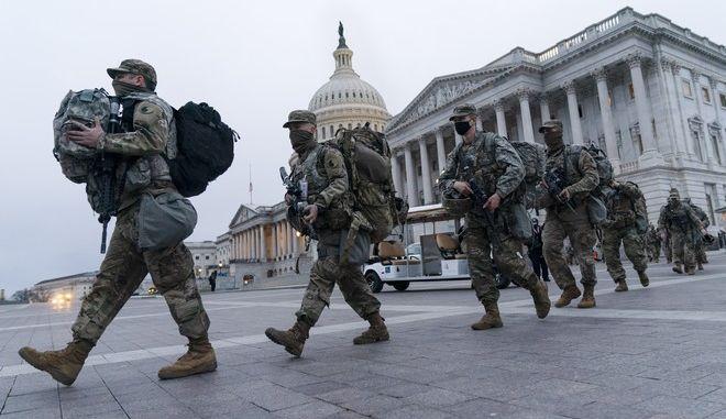 Αμερικανοί στρατιώτες έξω από το καπιτώλιο